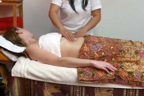 Ganzkörper-Ölmassage in der Royal Thai Massage Praxis Dresden - Bauch