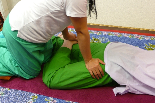 Traditionelle Thaimassage in Dresden Dehnung Beine
